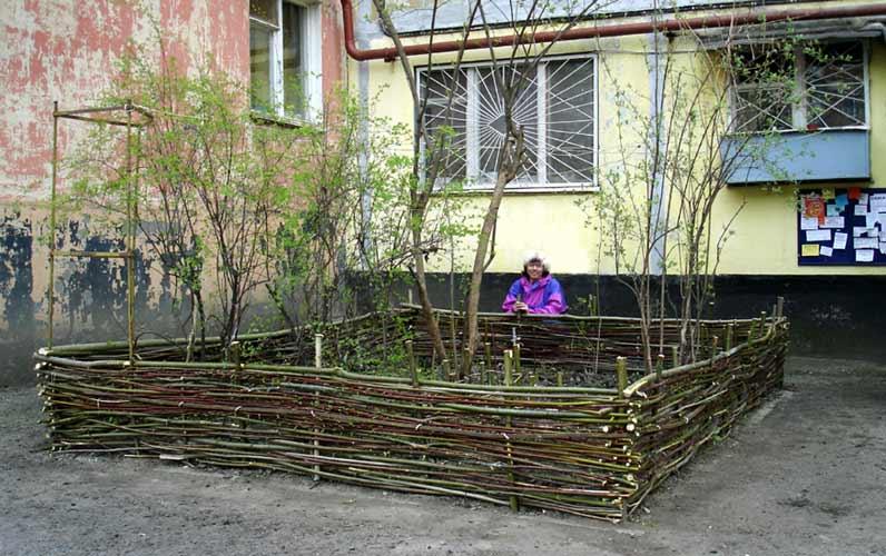 Забор из подручных средств возле дома фото